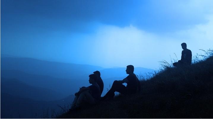 丘に座って